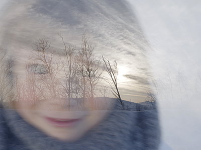 Child's face against winter scenery - p945m1444659 by aurelia frey