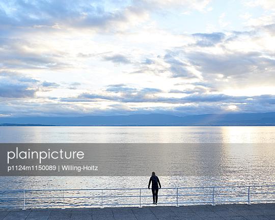 Frau blickt auf den Genfer See - p1124m1150089 von Willing-Holtz