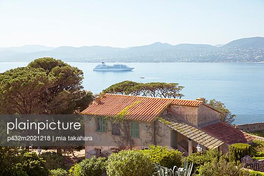 Blick auf die Bucht von Saint-Tropez - p432m2021218 von mia takahara