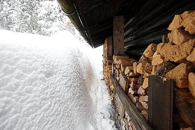 Eingeschneite Berghütte, Längental, Lenggries, Oberbayern, Bayern, Deutschland - p1316m1160511 von Enno Kapitza