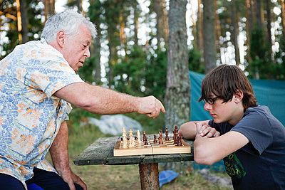 Schach spielen - p502m933930 von Tomas Adel