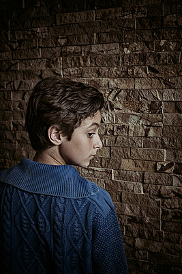 Rear view of a boy looking over shoulder  - p794m2044097 by Mohamad Itani