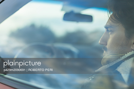 Man behind wheel - p429m2090691 by ROBERTO PERI