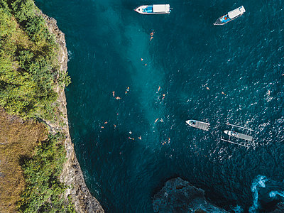 Aerial view, Bathing tourists - p1108m2090333 by trubavin
