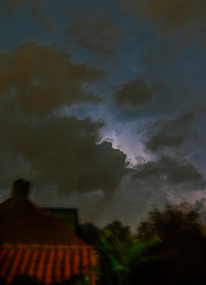 onweer boven tuin - p1132m1064190 by Mischa Keijser