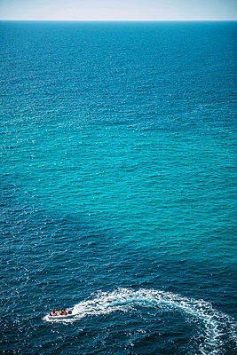 Spain, Balearic Islands, Menorca, Cala Enturqueta, view of a motor boat in the sea - p300m998432f by klublu