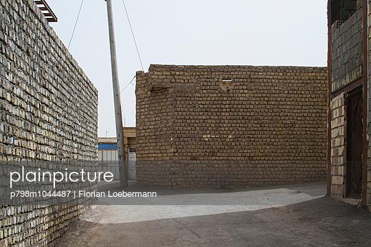 Backsteinmauern in einer Stadt - p798m1044487 von Florian Loebermann