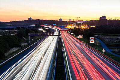 Germany, Baden-Wuerttemberg, Stuttgart, Autobahn A8 in the evening, light trails - p300m2023658 by Werner Dieterich