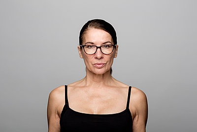 Portrait of serious mature woman wearing glasses - p300m2079839 by FL photography