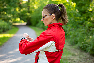 Female mature jogger in the forest - p300m2103035 von FL photography