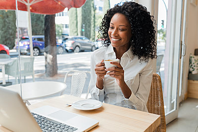 Business afro woman in coffee shop, Sevilla, Spain - p300m2299330 von Julio Rodriguez