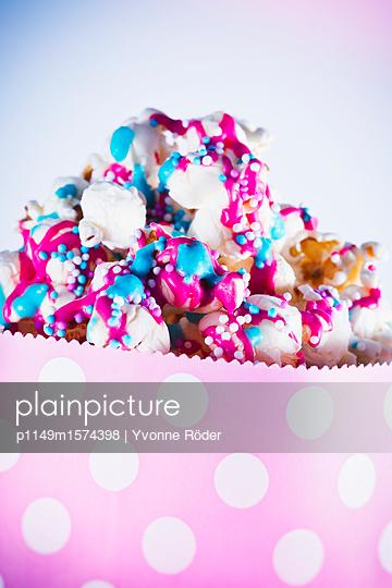 Popcorn mit buntem Zuckerguss und Zuckerperlen - p1149m1574398 von Yvonne Röder
