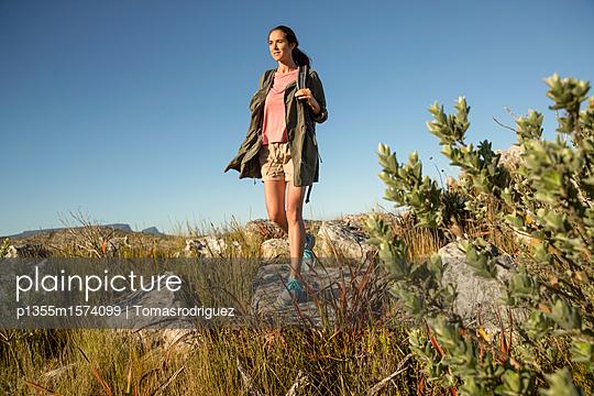 Frau auf einer Bergtour - p1355m1574099 von Tomasrodriguez