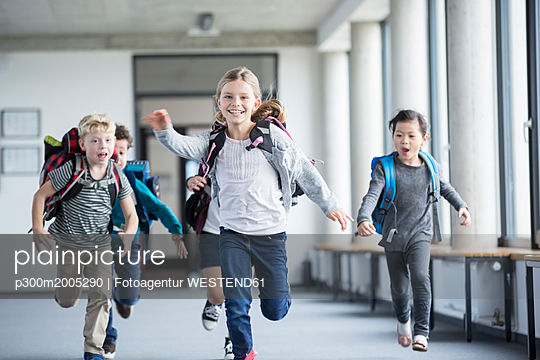 plainpicture - plainpicture p300m2005290 - Excited pupils rushing down... - plainpicture/Westend61/Fotoagentur WESTEND61