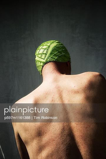 Rückansicht eines Mannes mit grüner Badekappe - p597m1161388 von Tim Robinson