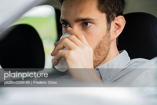 Close-up of young man drinking coffee - p623m2258185 by Frederic Cirou