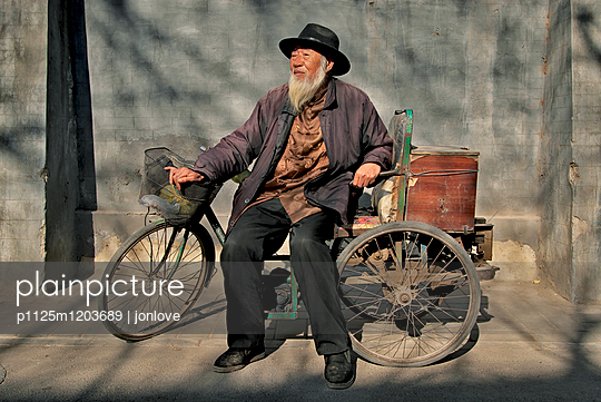 Elderly chinese man with bicycle - p1125m1203689 by jonlove