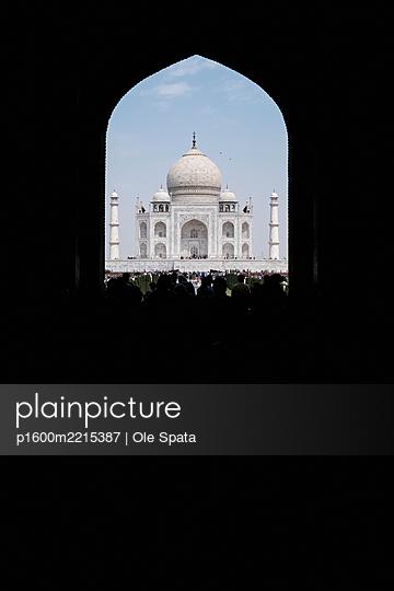 India, Uttar Pradesh, Agra, View of Taj Mahal - p1600m2215387 by Ole Spata