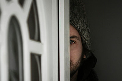 Man behind a door - p567m667407 by Benjamin Colombel