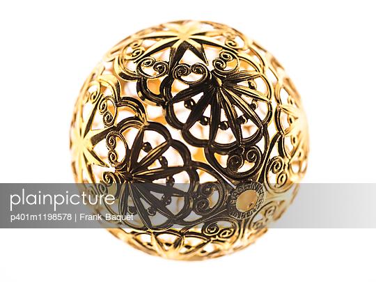Goldene Weihnachtskugel - p401m1198578 von Frank Baquet