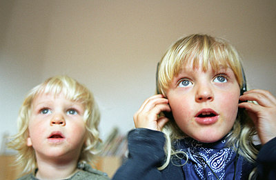 Kids watching - p0041696 by Normal