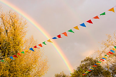 Rainbow over funfair - p879m1526137 by nico
