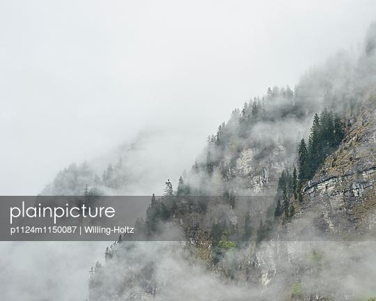 Wolken und Berge am Lac de Montriond - p1124m1150087 von Willing-Holtz