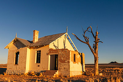 Empty house - p1065m885954 by KNSY Bande