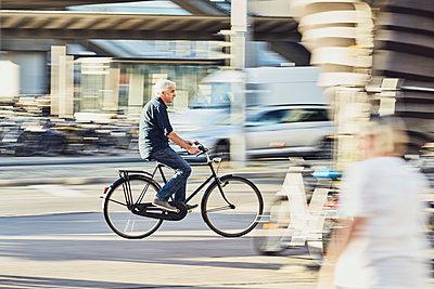 Fahrradfahrer in der Stadt - p1312m1515407 von Axel Killian