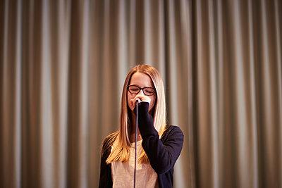Singendes Mädchen auf der Bühne - p1376m1553213 von Melanie Haberkorn