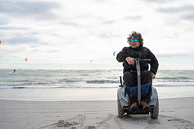 Man on wheels enjoying seaside - p429m2091457 by Francesco Buttitta