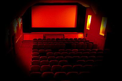 Empty cinema - p567m720739 by Sandrine Agosti Navarri