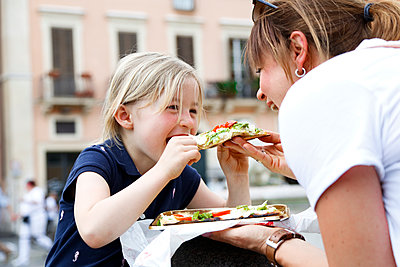 Italy, mother and little daughter eating Pizza together - p300m1460590 by Florian Küttler