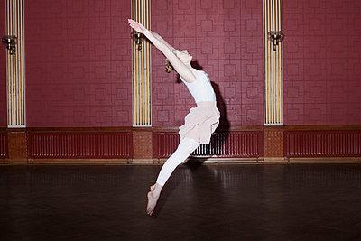 Junge Frau springt in die Luft - p956m1515489 von Anna Quinn