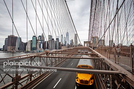 Schulbus auf der Brooklyn Bridge - p1272m1586757 von Steffen Scheyhing