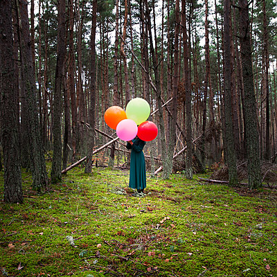 Frau mit Luftballons im Wald - p1105m2134542 von Virginie Plauchut