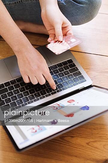 Onlineshopping, bezahlen mit Kreditkarte - p1396m2086865 von Hartmann + Beese