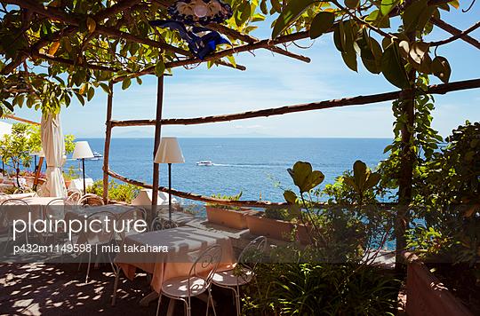 Romantische Aussicht im Restaurant - p432m1149598 von mia takahara