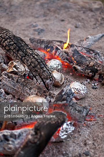 Kartoffeln im Feuer - p781m944873 von Angela Franke