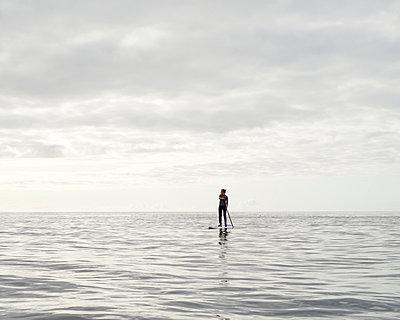 Stand up Paddle auf dem Meer - p1124m1050690 von Willing-Holtz