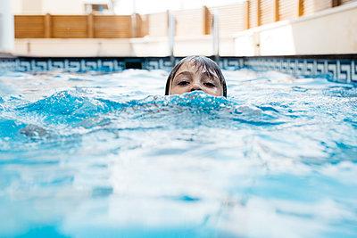 Boy swimming in pool during summer - p300m2206781 by Josep Rovirosa