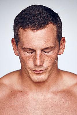 Athlete closing eyes on white background - p312m1131467f by Johan Alp