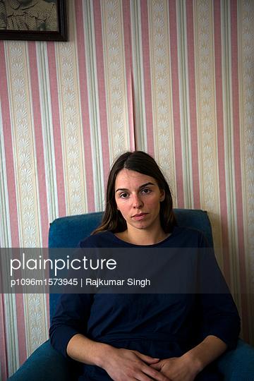 Frau sitzt auf einem Sessel - p1096m1573945 von Rajkumar Singh