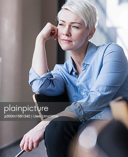 Portrait of confident woman in office - p300m1581340 von Uwe Umstätter