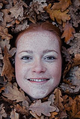 Glücklich im Laub liegen - p045m2044008 von Jasmin Sander