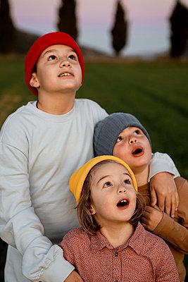 Spain, Valencian Community, Alicante. Children playing in the countryside - p300m2286810 von Rafa Cortés
