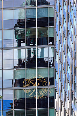 Michaeliskirche spiegelt sich in Glasfassade - p324m1137497 von Alexander Sommer