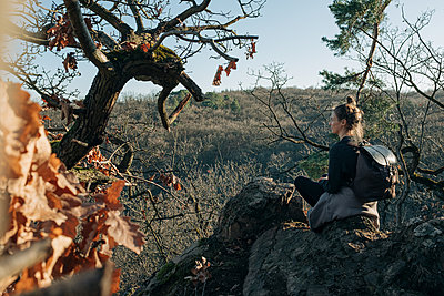 Woman with backpack looking at a valley, Rotenfels, Bad Kreuznach - p713m2289635 by Florian Kresse