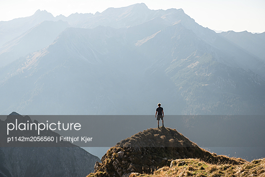 Wanderer in Bergkulisse - p1142m2056560 von Runar Lind