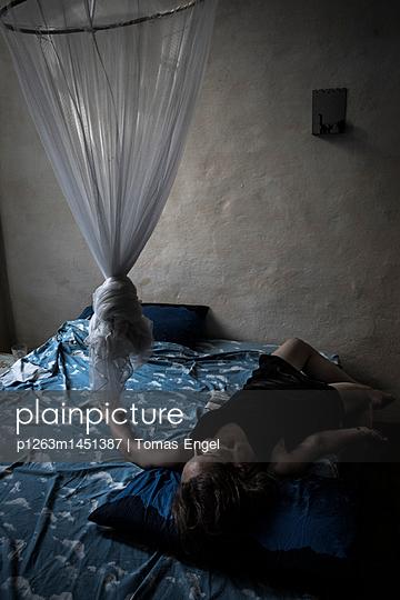 Frau im Zimmer - p1263m1451387 von Tomas Engel